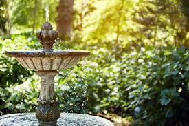 Fontana esterna in un ambiente verde