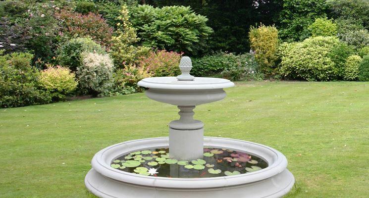 Fontana da giardino a colonna in ambiente verde