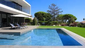 Bellissima piscina interrata in ambiente verde