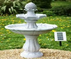 Bellissima fontana solare in ambiente verde