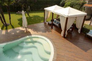 giardino con piscina e gazebo