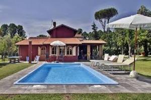 Bellissima villa con la piscina e il giardino intorno
