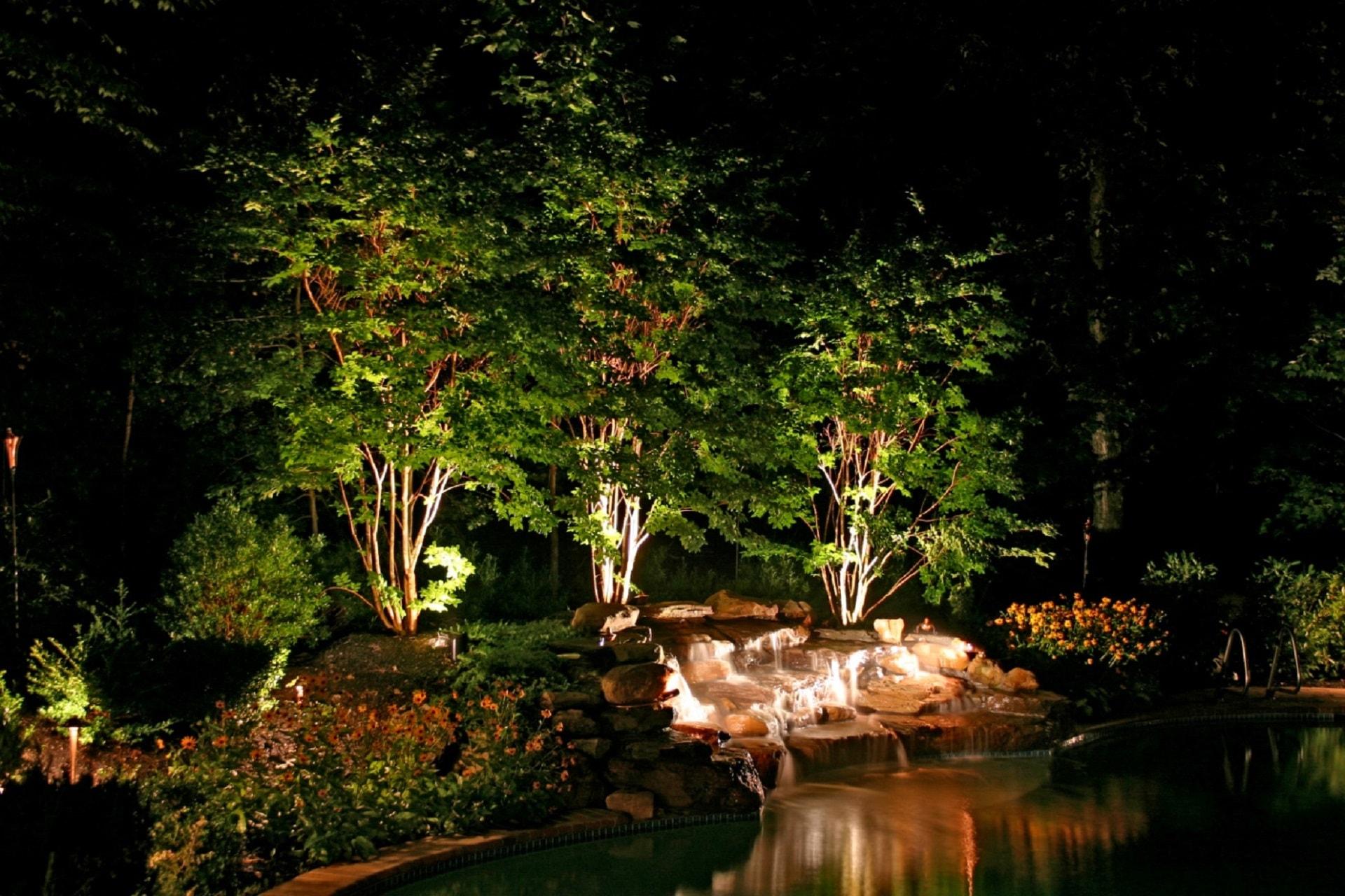 Esempio di illuminazione giardino con piscina i progetti di