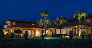 Illuminazione giardino con piscina