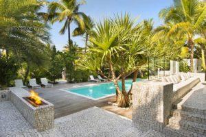 Illuminazione giardino esterno con piscina